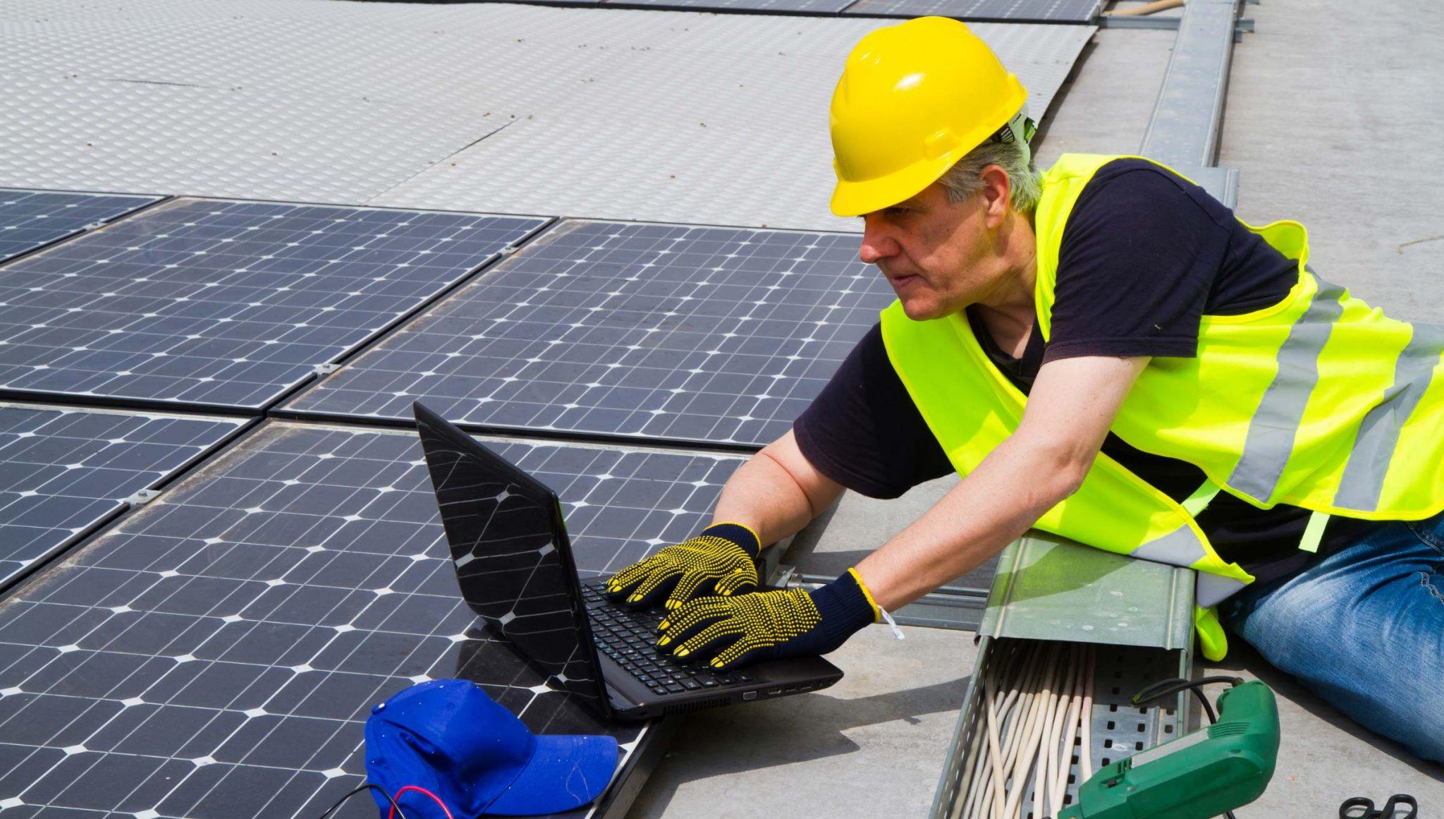 Operatore su pannelli solari